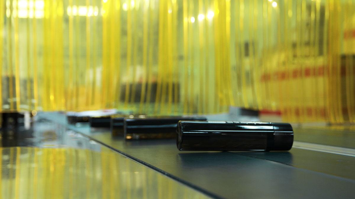 傳送帶沿著生產線移動瓶子